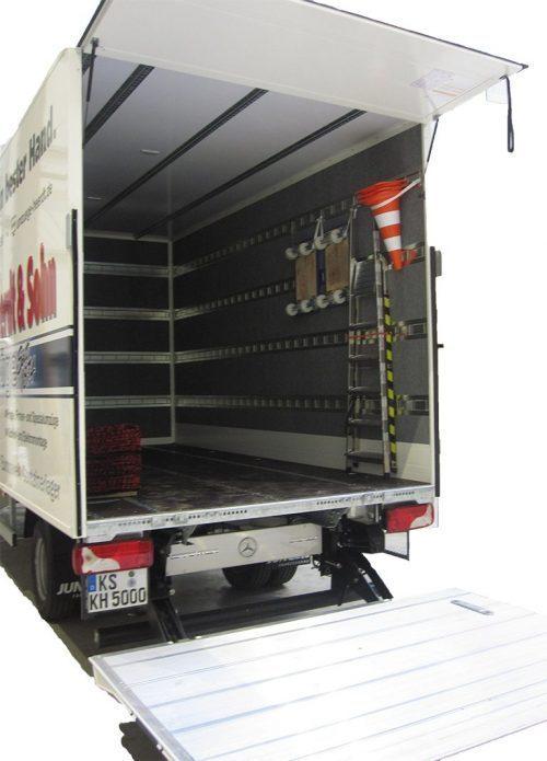 Koffer-Sprinter mit geöffneter Ladefläche und wichtigen Umzugs-Hilfsmitteln