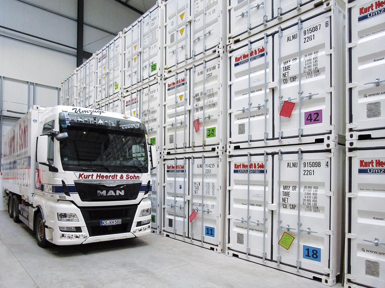 Einlagerung mit LKW in Containerhalle