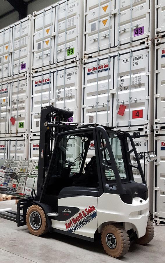 Einlagerung mit Gabelstapler in Containerhalle